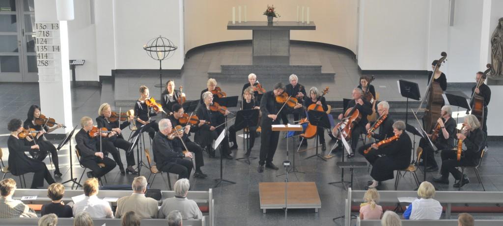 Das Kammerorchester Berliner Cappella während eines Orchesterkonzerts im Sommer 2013 in der Matthäikirche in Berlin-Tiergarten