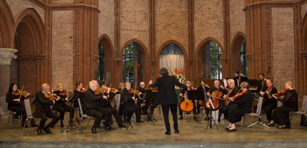 Das KAMMERORCHESTER BERLINER CAPPELLA im September 2013 während eines Konzerts in der Heilig-Kreuz-Kirche - Foto: J. Kandziora
