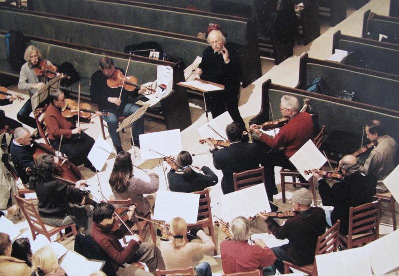 Das Kammerorchester Berliner Cappella unter der Leitung von Peter Schwarz während einer Generalprobe